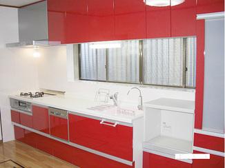 キッチンリフォーム 鮮やかな赤をまとった高級感のあるキッチン